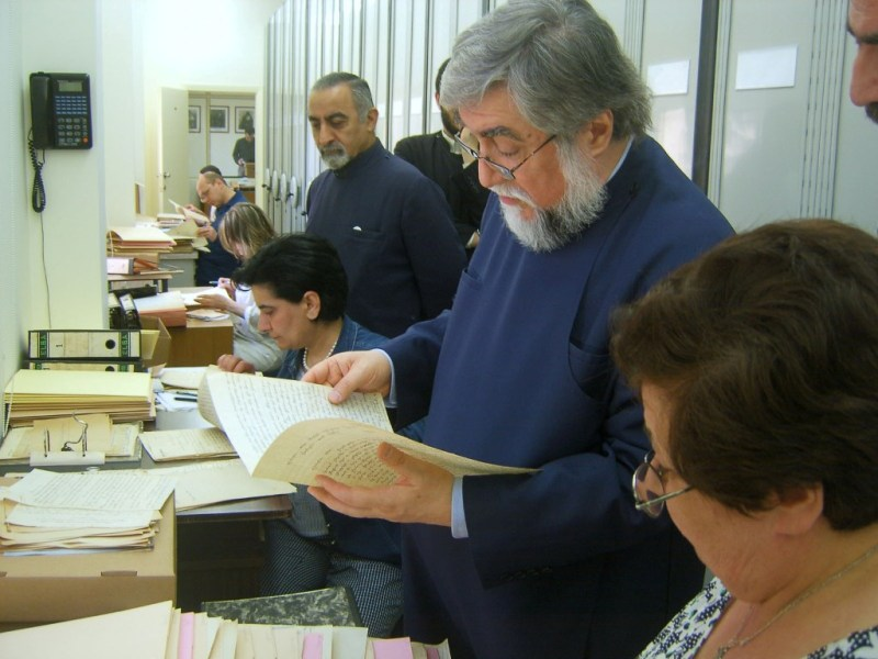 Aram I visits the Archives department