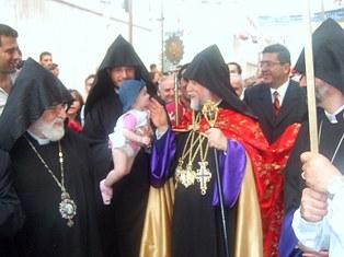 Popular welcome to Catholicos Aram in Kamishli