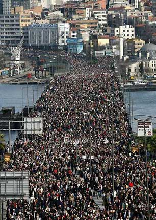 Mourning crowd in the funeral of Hrant Dink on Tuesday 23 January 2007