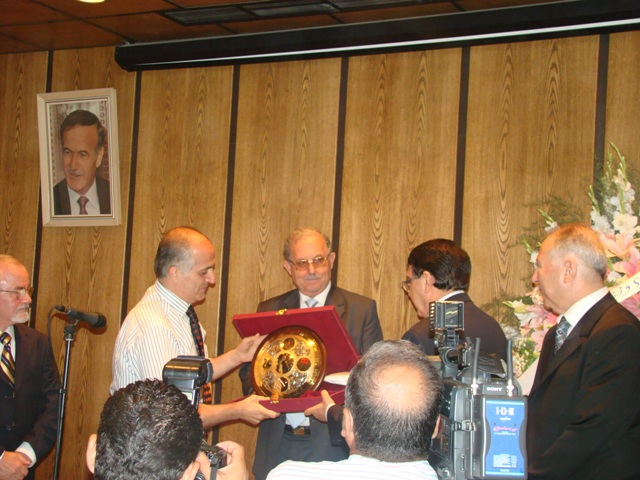 Mihran Minassian receives the prize